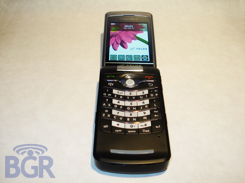 telus-blackberry-8230-pearl-flip-9