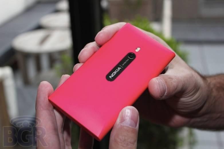 bgr-nokia-lumia-800-2
