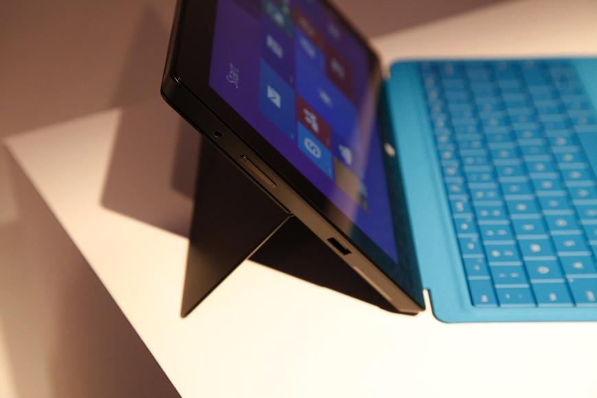 Nokia Lumia 2520, Surface 2 Display Comparison