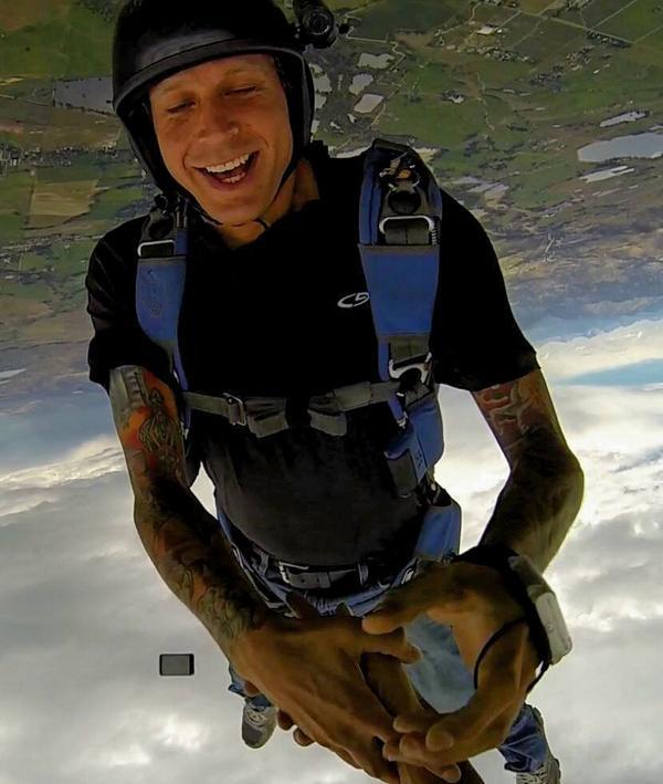 iphone-skydiving-drop