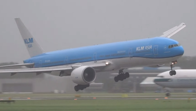 Boeing 777's insane landing in a 75MPH windstorm is almost too ...
