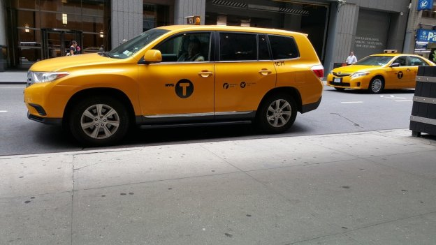 now-take-a-look-at-this-photo-taken-with-the-galaxy-note-5-the-colors-are-much-different-and-more-vibrant-the-cab-is-a-louder-yellow-and-the-gray-concrete-looks-brighter
