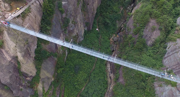 Yuntai Mountain China Glass Walkway Cracks