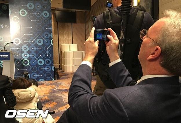 Eric Schmidt Caught Using An iPhone
