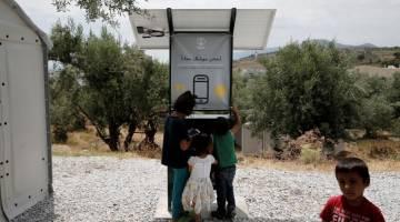 Greece migrants cellphones