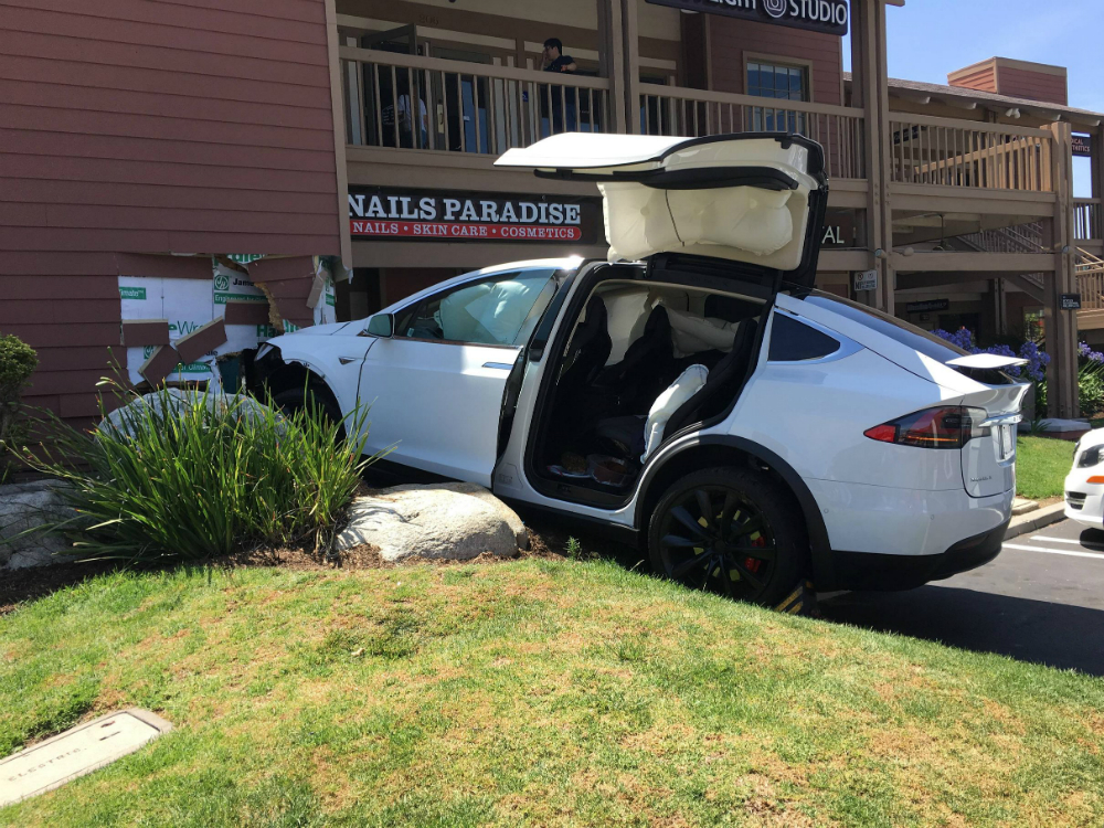 Tesla Autopilot Logs Crash