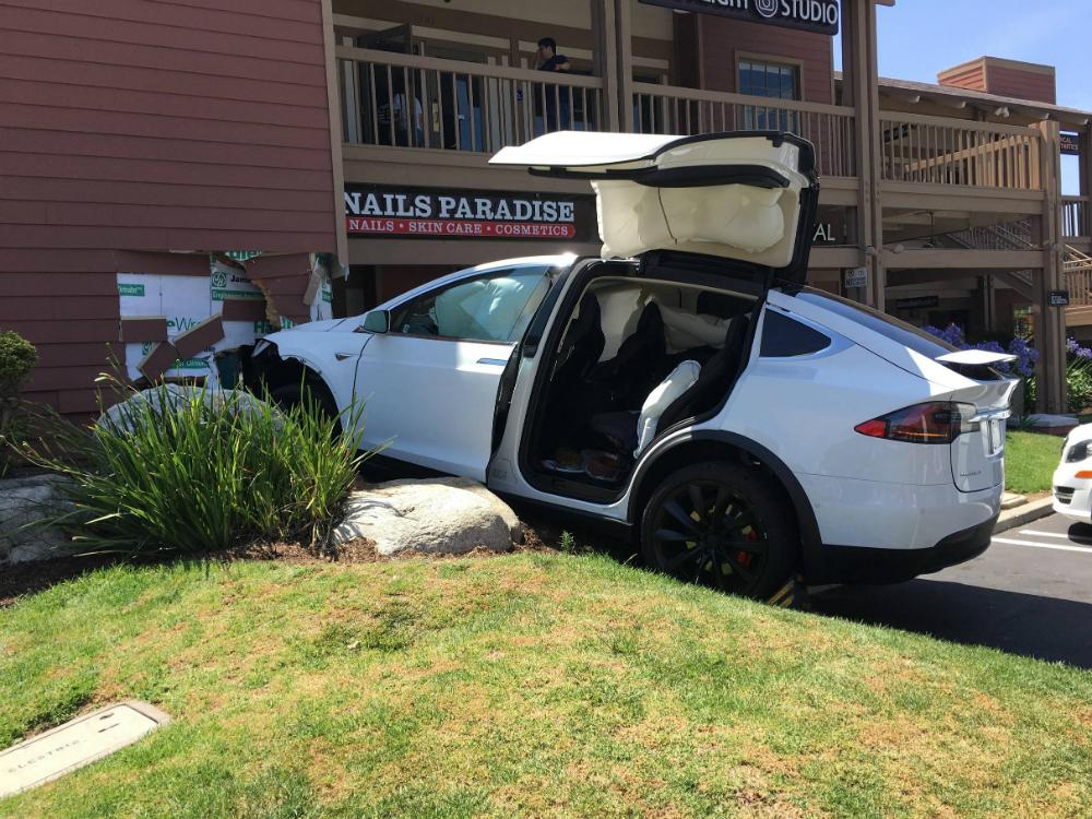 Tesla Autopilot Logs Crash