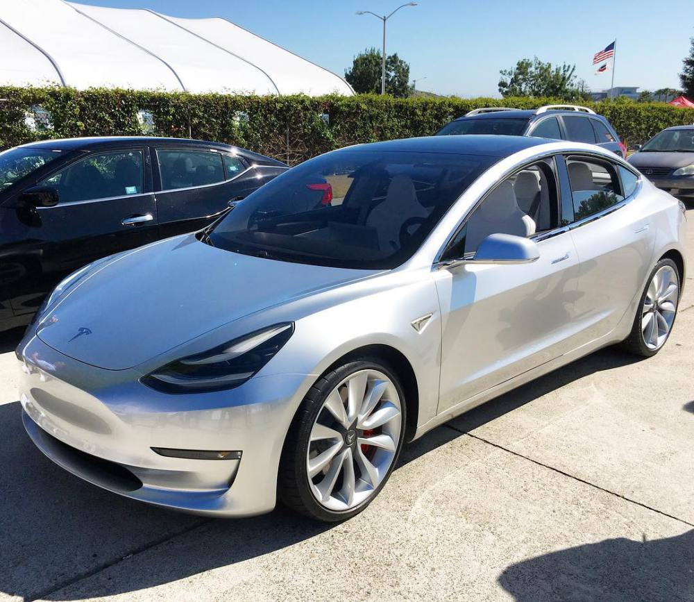 صورة جديدة لنماذج صنعية لسيارة Tesla Model 3 1