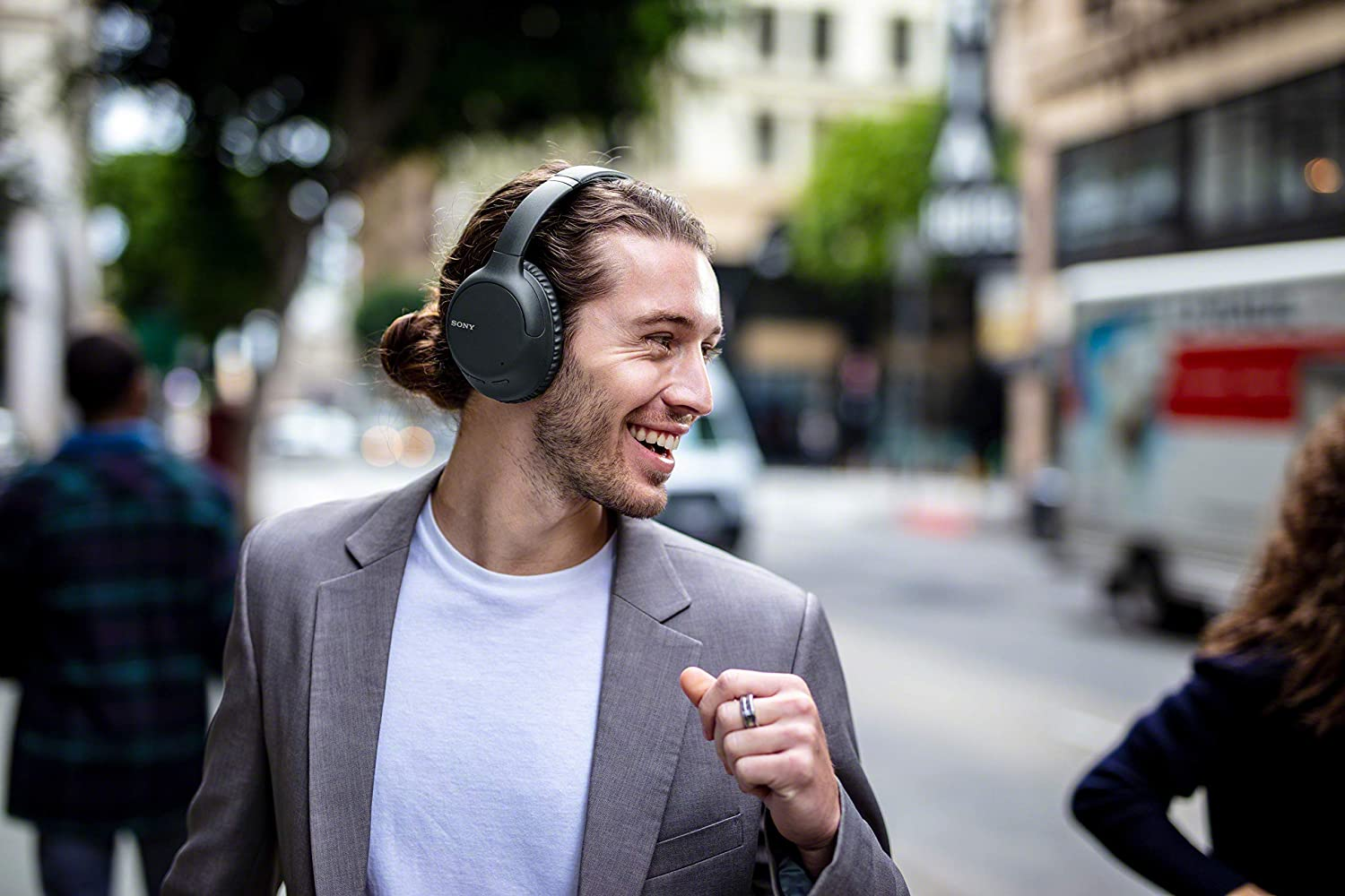 $200 Sony noise cancelling headphones are down to $98 at Amazon