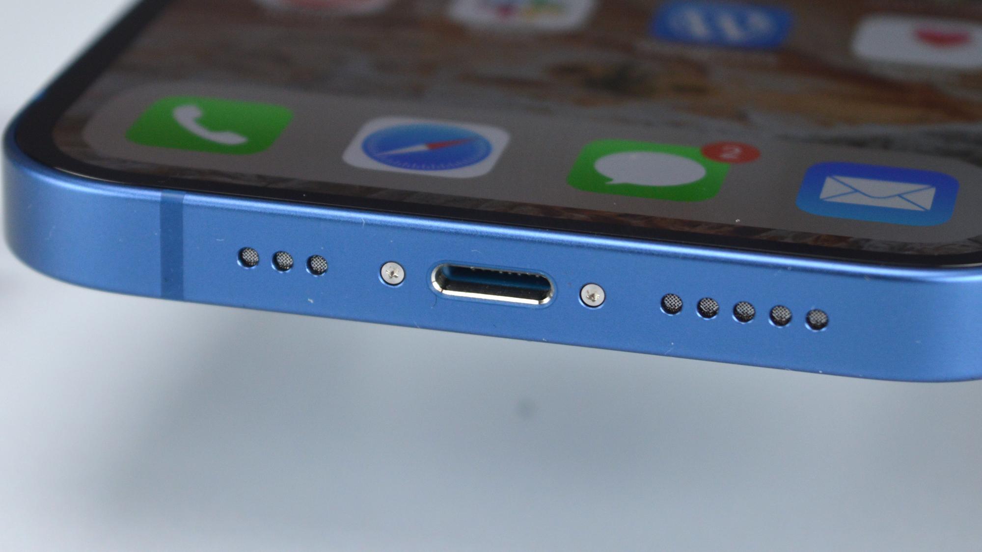 Apple iPhone 13 Port